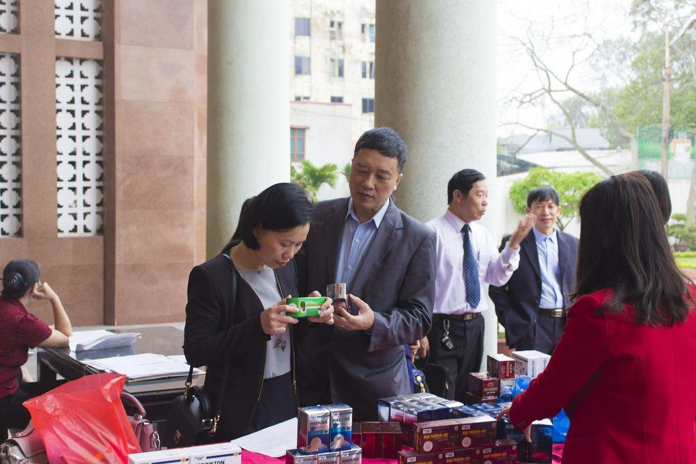 Khách hàng xem các sản phẩm trưng bày tại đại hội cổ đông HDPHARMA