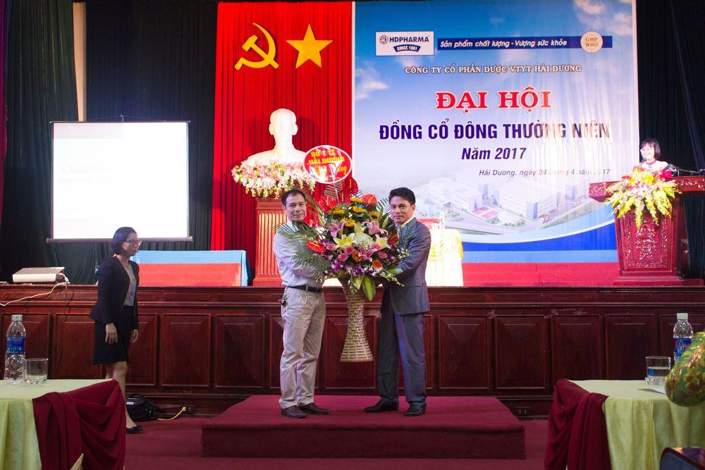 Ông Nguyễn Trung Việt - chủ tịch HĐQT HDPHARMA nhận hoa từ đại diện sở y tế Hải Dương