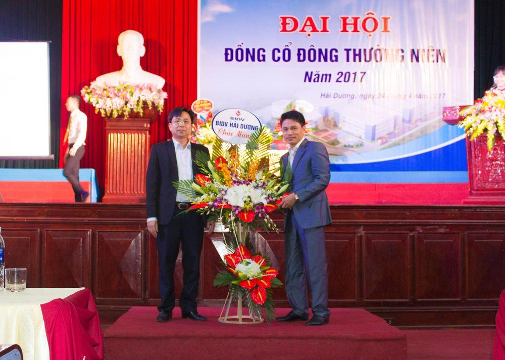 Đại diện ngân hàng BIDV lên tặng hoa công ty HDPHARMA